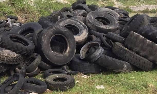 Discarica con oltre 500 pneumatici: sanzionato un gommista di Licola