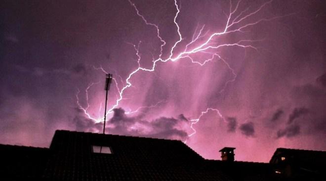 Licola, fulmine sui tetti saltate antenne e danneggiati molti televisori