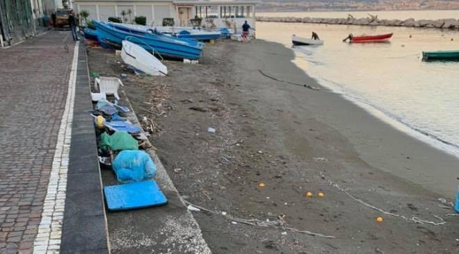 Bacoli, la spiaggia dei rifiuti e della vergogna a Marina Grande Gallery