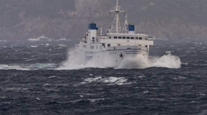 Pozzuoli, a singhiozzo i collegamenti con Ischia e Procida per il mare forza quattro