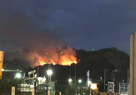 Vasto incendio tra Pozzuoli e Agnano visibile dalla Tangenziale
