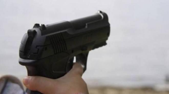 Canta brano ai detenuti e spara colpo di pistola in un video su Facebook: denunciato un minore