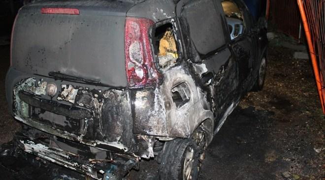 QUARTO/ Screzi tra vicini, va a fuoco una Fiat Panda in via Brodolini