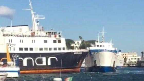 POZZUOLI/Disagi, paura e viaggio a vuoto per i passeggeri del traghetto della Gestur che urta altra nave per il forte vento