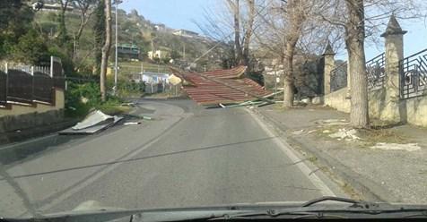 MONTE DI PROCIDA/ Tragedia sfiorata in via Panoramica, lamiere lambiscono auto in marcia