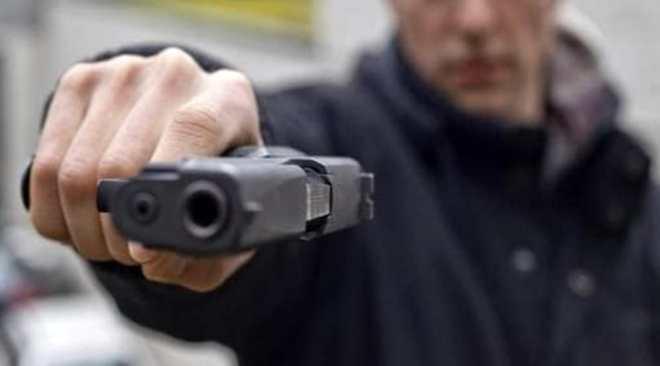 LICOLA/ Minaccia l'amante con una pistola per avere un atto sessuale, arrestato un 36enne