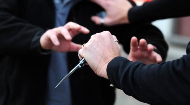 POZZUOLI/ Minaccia i genitori con un coltello per avere i soldi della dose, arrestato un giovane