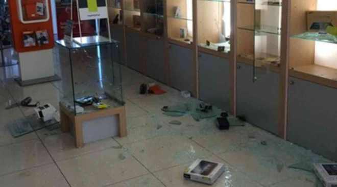 QUARTO/ Furto in un negozio di telefonia in via Pietrabianca: ladri portano via incasso e cellulari