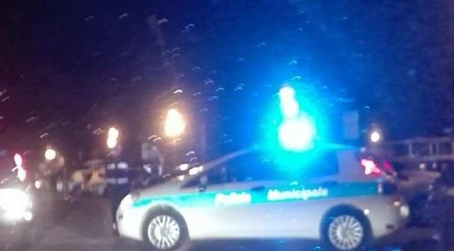 QUARTO/ Incidente frontale in via Pisani, conducente incastrato in una Smart: strada chiusa al traffico