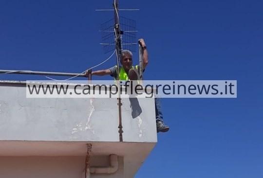 """QUARTO/ Senza stipendio da 4 mesi, lavoratori APU sul tetto del Comune: """"Siamo in difficoltà"""""""