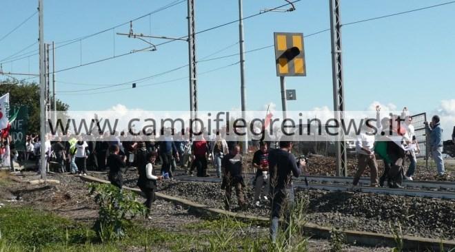 Circumflegrea interrotta, occupata la stazione dei Pisani con rifiuti sui binari