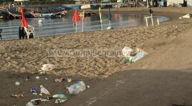 BACOLI/ Ombrelloni lasciati sulla spiaggia di Marina Grande per occupare il posto, indaga la guardia costiera
