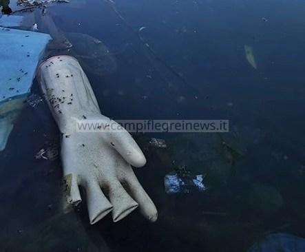 """Lago Fusaro, plastica e rifiuti in bella mostra: """"benvenuti a Bacoli"""""""