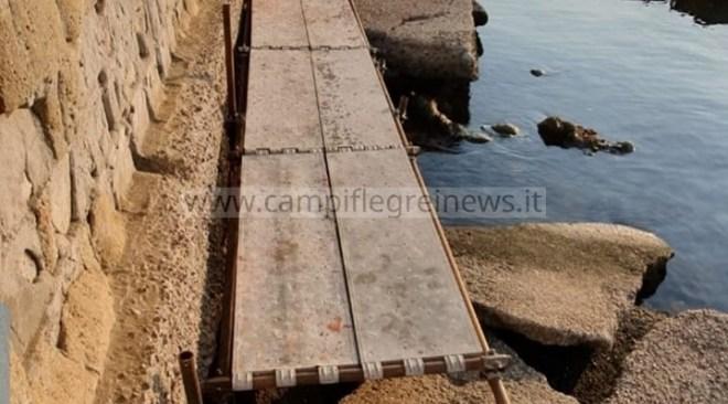 """BACOLI/ Spunta il ponte abusivo a Marina Grande: """"E' pericoloso"""""""