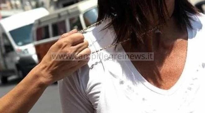 MONTE DI PROCIDA/ Donna scippata per strada della collana d'oro da un ragazzo su un motorino