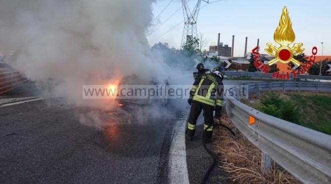 E' un lunedì nero: auto prende fuoco sulla Tangenziale, incidente tra due veicoli a via Campana