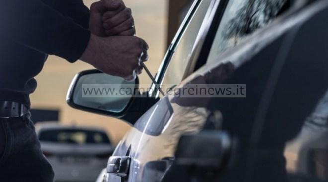 VARCATURO/ Rubano la spesa dall'auto in un parcheggio ad un'anziana