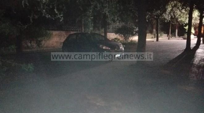 """POZZUOLI/ """"Auto parcheggiata sul marciapiede in via Rosini, perché i vigili non intervengono?"""""""