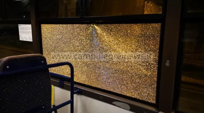 LICOLA/ Sassaiola contro bus della Ctp, vetro rotto: panico tra i passeggeri - LE FOTO