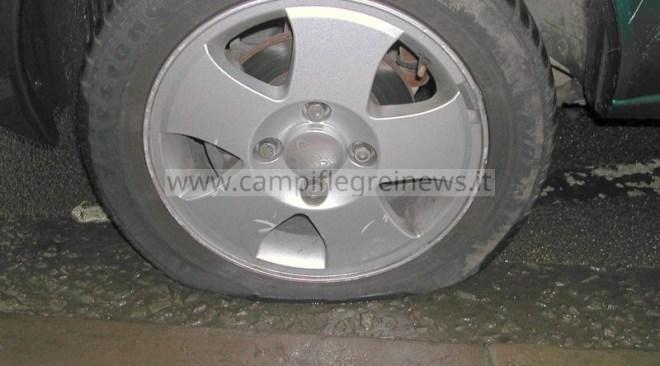 LICOLA/ Crepa sulla carreggiata della Statale oltre 20 auto obbligate a fermarsi per la ruota forata