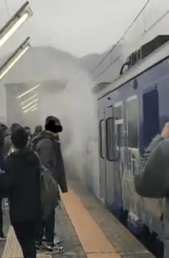 ULTIMORA/ Quarto, fumo e scintille dal treno della Circumflegrea: paura tra i passeggeri