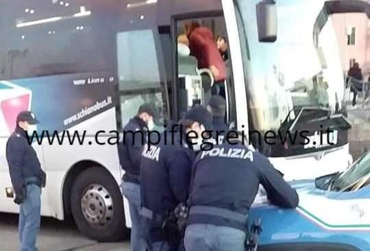 POZZUOLI/ Poliziotti, con mascherine, controllano bus di turisti lombardi diretti a Ischia sul porto