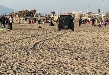 """VARCATURO/ Borrelli denuncia: """"Con l'auto sulla spiaggia, l'inciviltà non conosce limiti"""" - LE FOTO"""