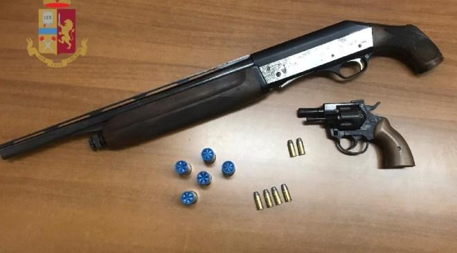BAGNOLI/ Pistola, fucile a canne mozze e proiettili trovati in un'auto abbandonata