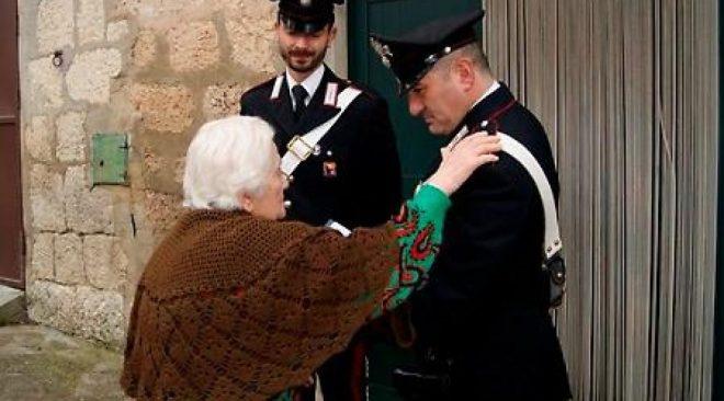 Carabinieri aiutano anziana da sola in casa a far ripartire l'impianto elettrico