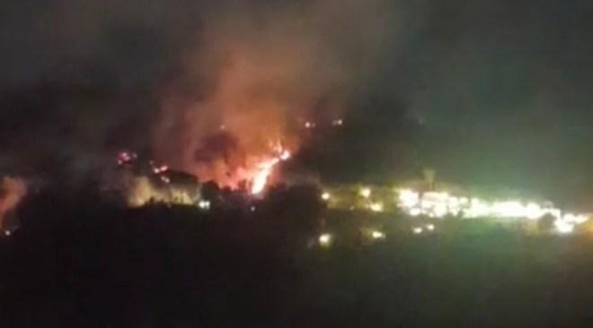ULTIMORA/ Cigliano, l'incendio minaccia le abitazioni su tre fronti - LE FOTO