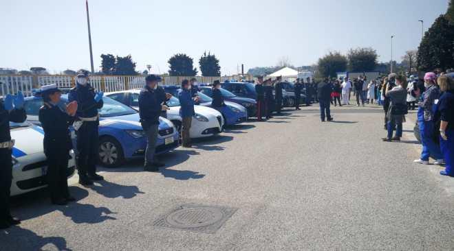 POZZUOLI/ Inchino a sirene spiegate delle forze dell'ordine all'esterno del Santa Maria delle Grazie - LE FOTO