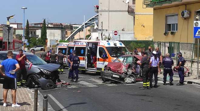 Scontro frontale fra auto: gravemente feriti gli occupanti
