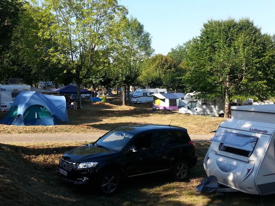 Camping du Lac de Bournazel, Seilhac, Corrèze  emplacement camping spacieux, Parfait pour sejour en famille