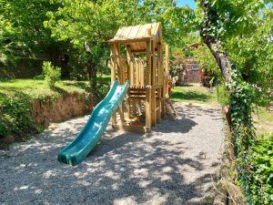 aire_de_jeux_enfants_bois_toboggan_bac_a_sable_camping_les_cerisiers_vernet_les_bain