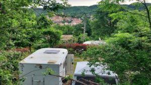 emplassements_caravanes_camping_car_camping_les_cerisiers_vue_sur_vernet_les_bains