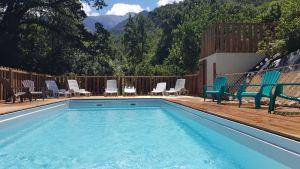 piscine_camping_les_cerisiers_vernet_les_bains_vue_sur_canigou_et_foret