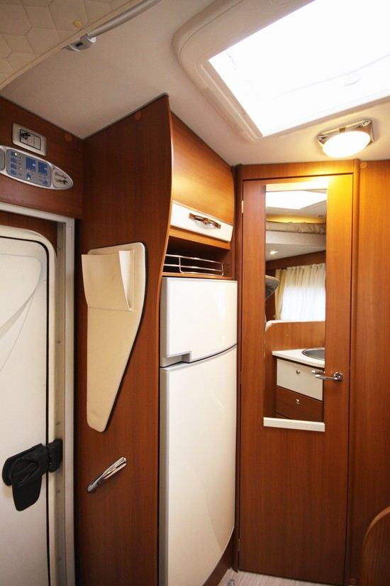 Stort kjøleskap og fryseboks, utgangsdør og velkjent Mc Louis panel