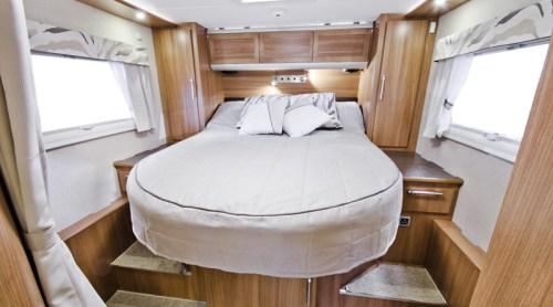 Travel Master 810 QB er utstyrt med soveavdeling bakerst i bilen.
