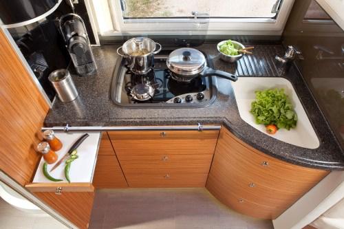 Kjøkkenet i bobilen har romslig plass med smarte løsninger