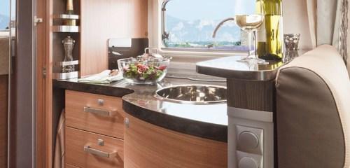 Bobilens kjøkken er lite, funksjonelt og lukseriøst, med kjøkkenutstyr av topp kvalitet
