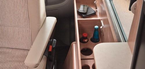 Bobilens førerhus har skinnbelagte oppbevaringsrom, praktiske koppholdere og innsatser.