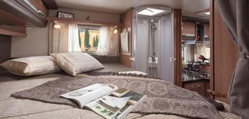 Bobilens soverom har to enkelt senger som lett kan settes sammen til en dobbelseng.