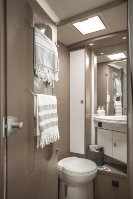 Le grand miroir offre une vraie sensation d'espace dans le cabinet de toilette.