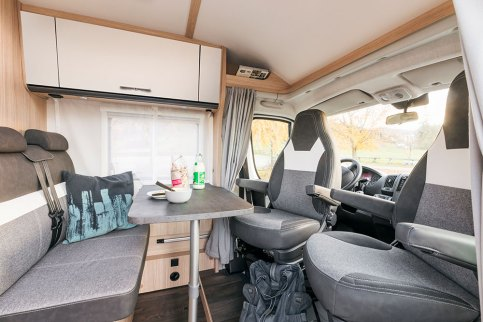 Comme pour appuyer leur filiation avec les fourgons Cliff de la même marque, les Van adoptent un mobilier aux portes droites. Les autres profilés Sunlight, eux, présentent des portes galbées.