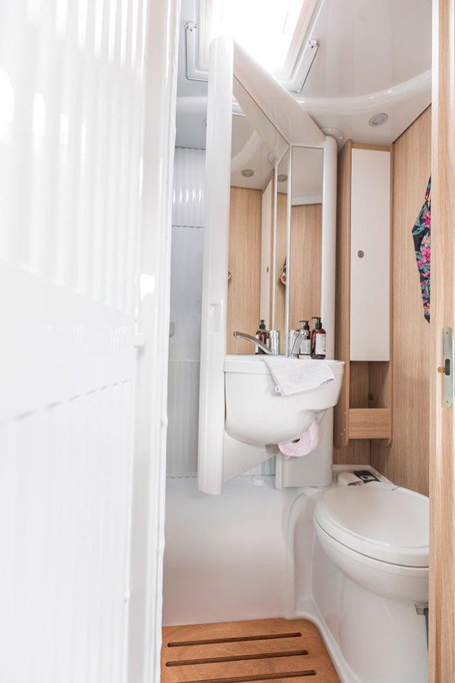 Les deux Van Sunlight mettent en œuvre un cabinet de toilette Vario. La cloison supportant le lavabo pivote pour laisser accès à la douche ou au W.-C.