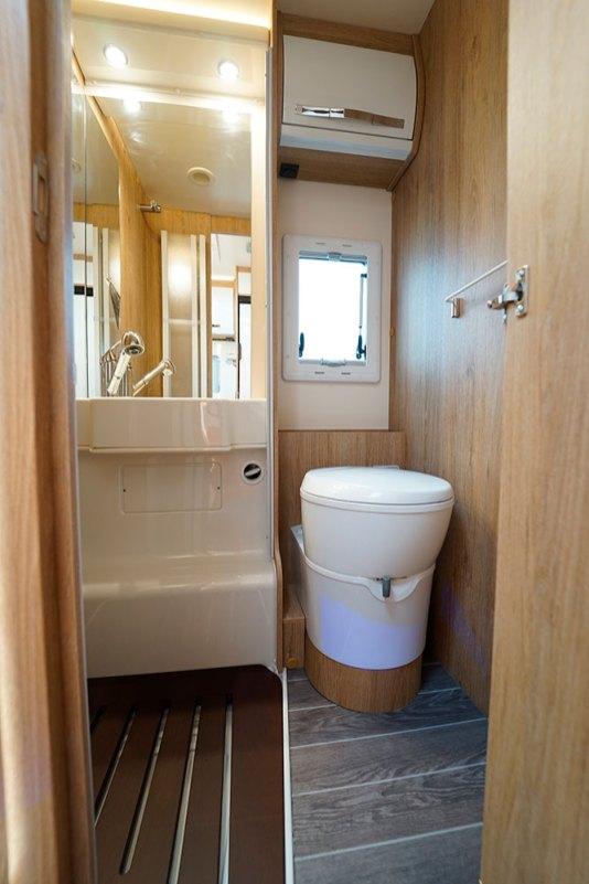 Horon Go 94 XT. Sur tous les Horon Go, la douche et le cabinet de toilette partagent un espace commun.