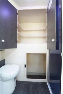Dans le cabinet de toilette du 650, on accède aussi bien au dressing qu'à la soute.