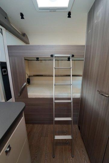 Le lit du bas se relève pour libérer de la hauteur en soute.
