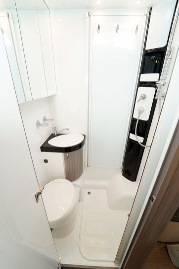 Dans le cabinet de toilette 3-en-1, une paroi pivotante vient matérialiser l'espace douche et protéger l'espace toilette des projections d'eau.