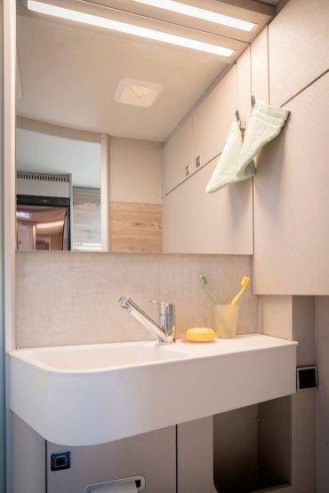 Le cabinet de toilette gagne en surface par rapport à celui du 588. Il se dote au passage d'un bac à douche plus grand et mieux intégré, ainsi que d'un lavabo constitué d'un matériau composite qui rappelle la porcelaine.